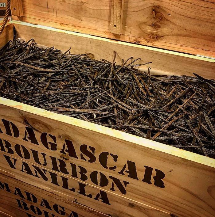 ארגז עץ מלא מקלות וניל