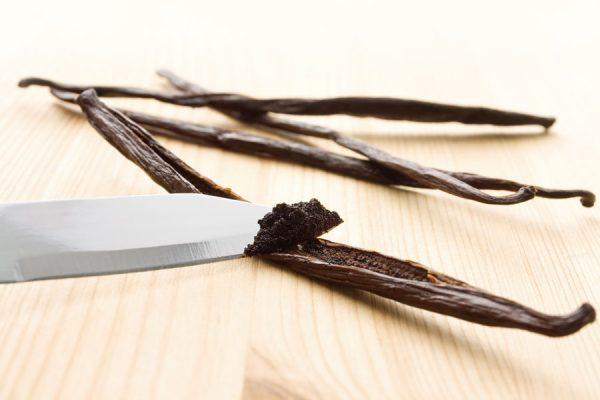 חילוץ גרגירים ממקל וניל באמצעות סכין
